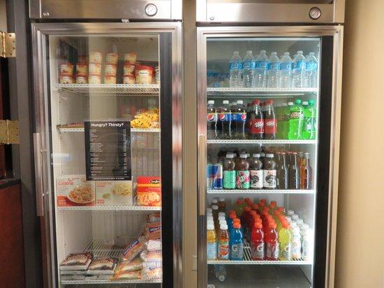 Drury Inn & Suites Springfield: pantry