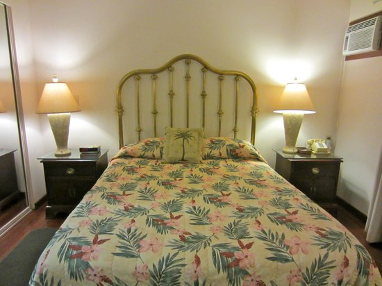 The Kauai Inn : A brass bed in our room!