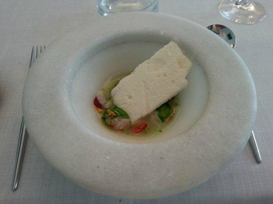 Huevas de salmón aliñadas con pan de espárrago