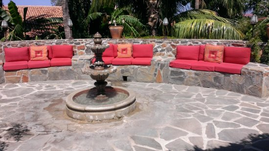 Todos Santos Inn: Courtyard with built in seating