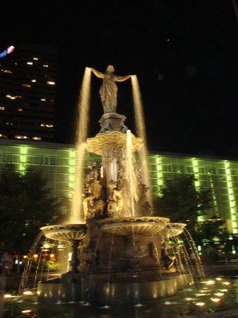 Fountain Square: Fountain Sq at night