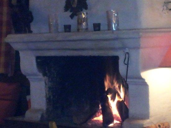 Restaurant Orgler: gemütliche Atmosphäre durch prasselndes Kaminfeuer