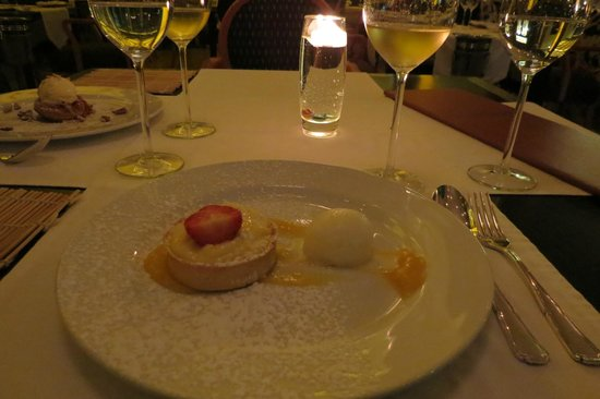 Myoga: Gorgonzola ice cream with lemon pie. Simply delicious!