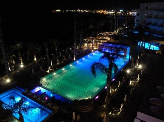 Alexander The Great Beach Hotel: Blick vom Balkon von Zimmer 355 bei Nacht