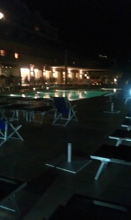 Art Hotel Gran Paradiso: View across pool in evening