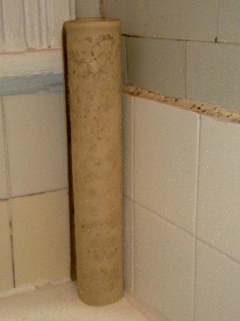 Hotel la Maison Demers: tapis de baignoire avec moisissures