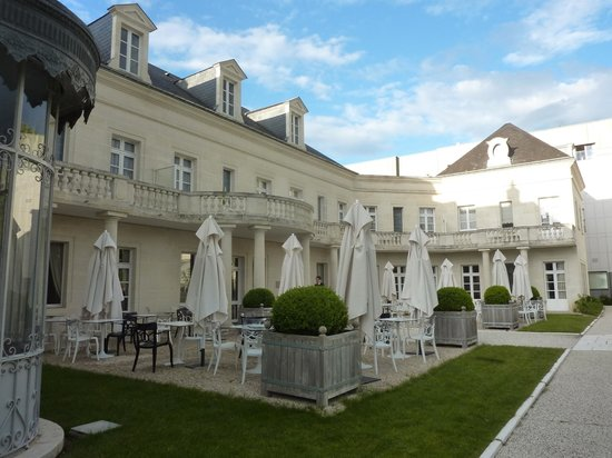 Clarion Hotel Chateau Belmont : Mesas do lado de fora