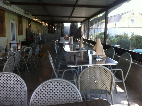 Donn's Bar-B-Que: Screened in patio