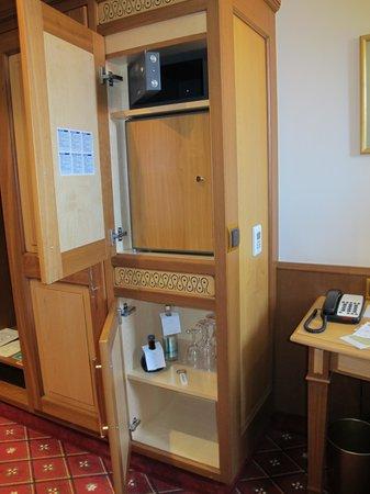 Platzl Hotel: Mini bar, safe and storage.