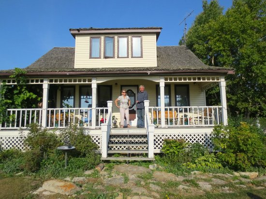 Solmundson Gesta Hus B&B & Wellness Center: Hosts, Sharon and Dave Holtz, on the Veranda