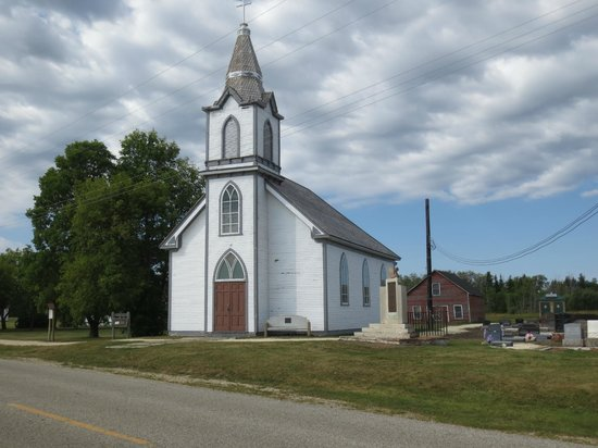 Solmundson Gesta Hus B&B & Wellness Center: Hecla Village church where we found Sharon working in the gravestones