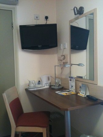 Comfort Inn London - Edgware Road: TV and desk area