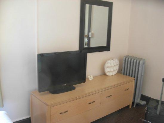 Moore Hotel: Bureau & TV