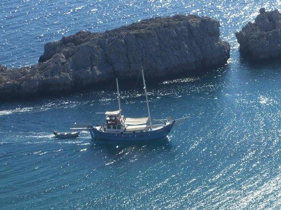 Agios Pavlos Beach (Saint Paul): sailing across the bay