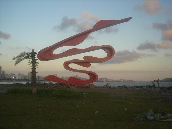 Escultura Tomie Ohtake: Pôr de Sol no Quebra - mar