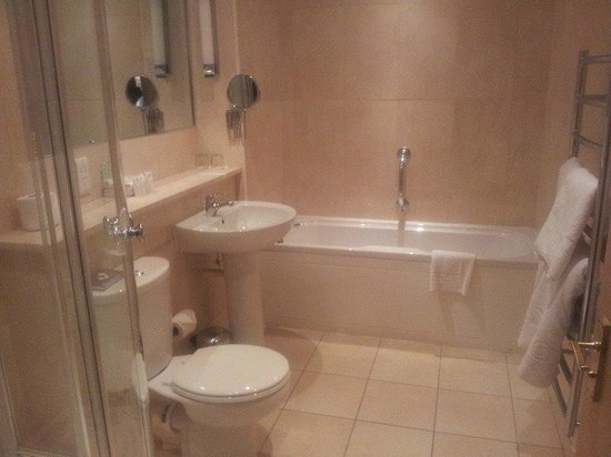 The Coniston Hotel Country Estate & Spa: Beautiful bathroom with corner shower and large bath