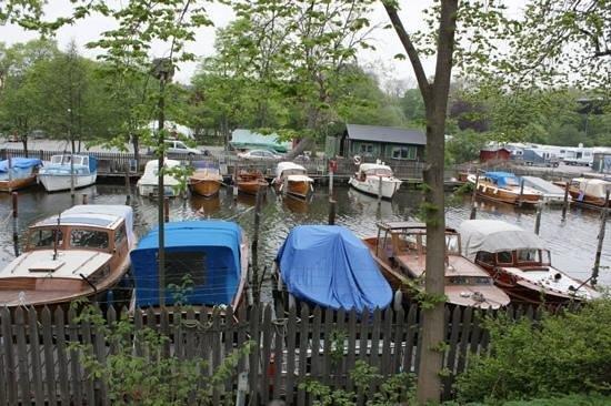 Reimersholme Hotel: boats near the hostel