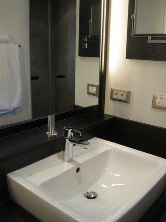 INFINITY Hotel & Conference Resort Munich: Deluxe bathroom