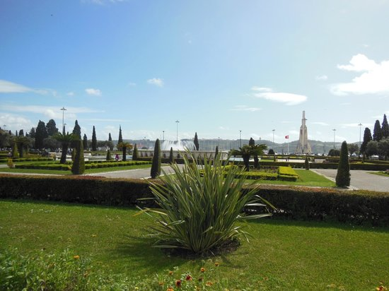 เบเลม: The park leading to the Monument of Discovery and Tower of Belem