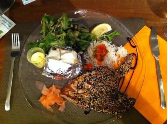 Bungalow Kafe: Thunfisch rosa gebraten im Sesam-Mohn-Mantel, Salat, Backkartoffel, Aioli-Dip