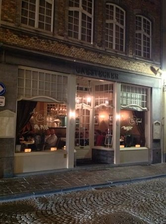 Au Petit Grand : classy street view hints at the experience inside.
