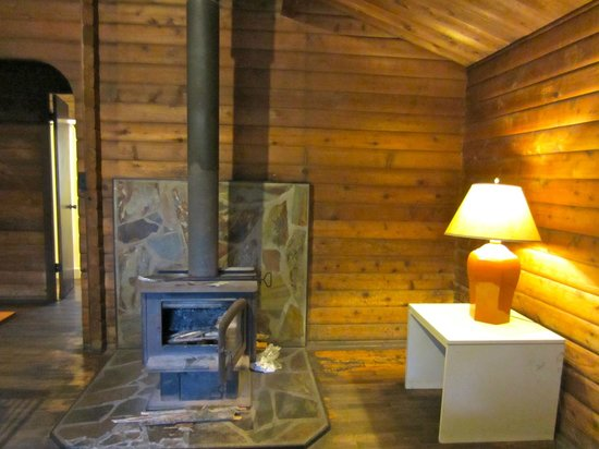 Kokee Lodge: wood burning fireplace