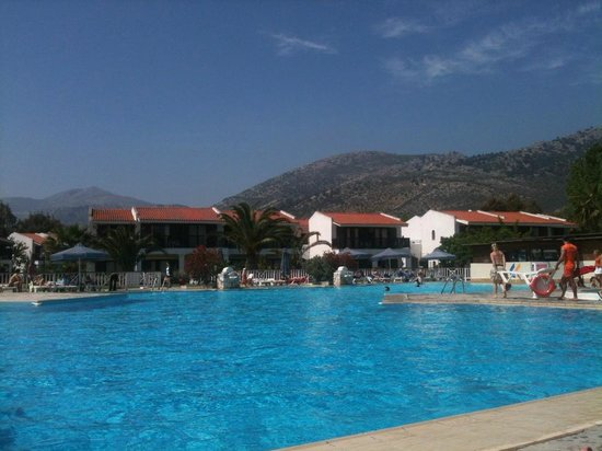Golden Coast Hotel & Bungalows : bord de la piscine...