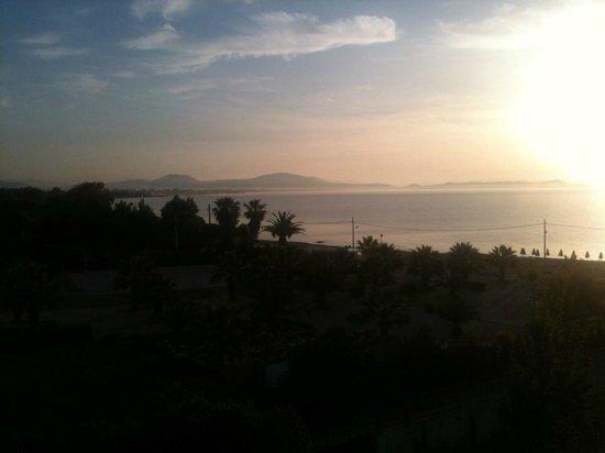Golden Coast Hotel & Bungalows: vue de la chambre tôt le matin