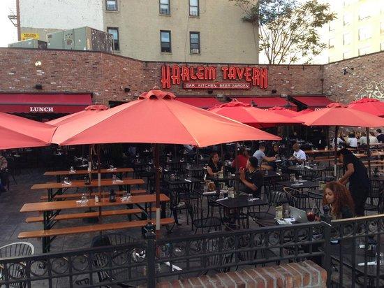 Harlem Tavern: Outside seating area.