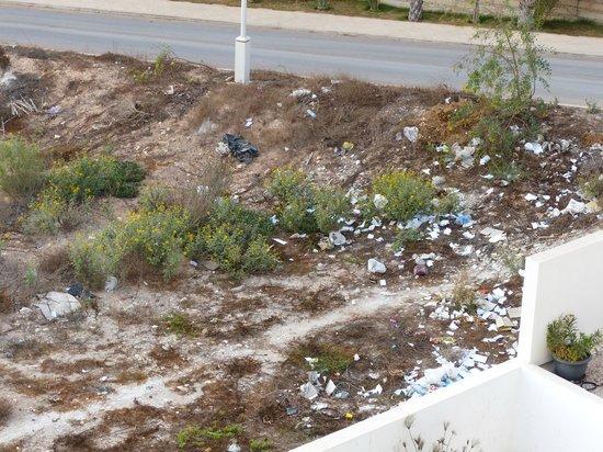 Bo hotel & Spa : Rubbish outside the hotel walls...