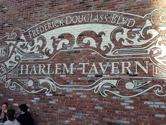 Harlem Tavern: Giant mural.