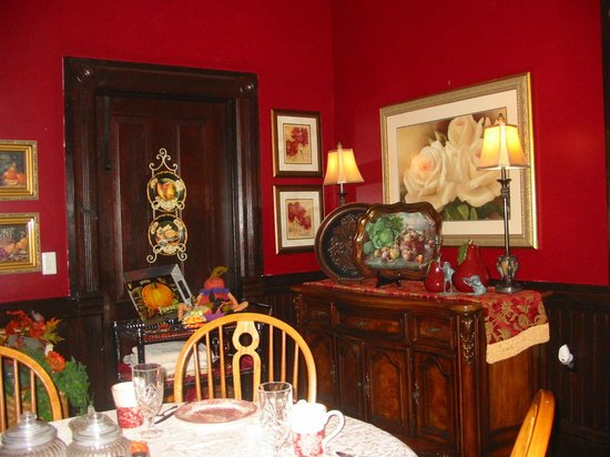 Garden Path Inn Bed & Breakfast: Warm and cozy dining room.