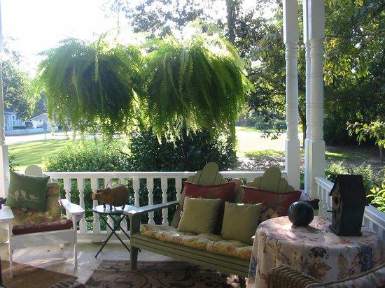 Garden Path Inn Bed & Breakfast: Gorgeous front porch!