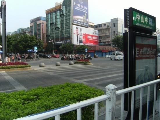Tai Lian Hotel: main intersection near hotel