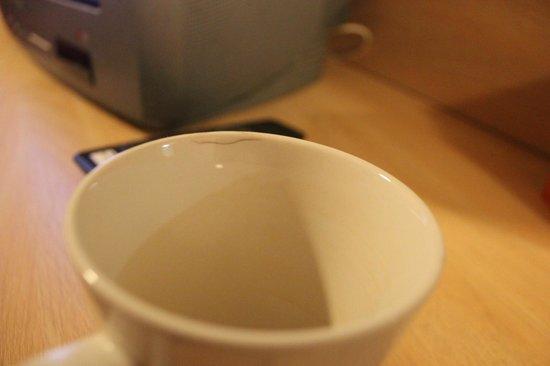 Travelodge Kendal: Damaged cup