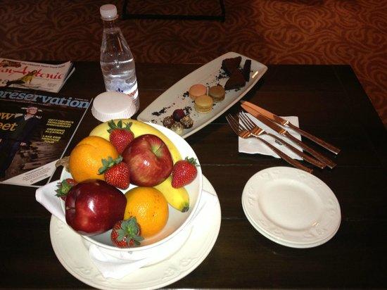 Omni La Mansion del Rio: Complimentary fruit and cakes
