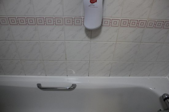 Premier Inn Leeds South (Birstall) Hotel: Dirt or mould on tiled area