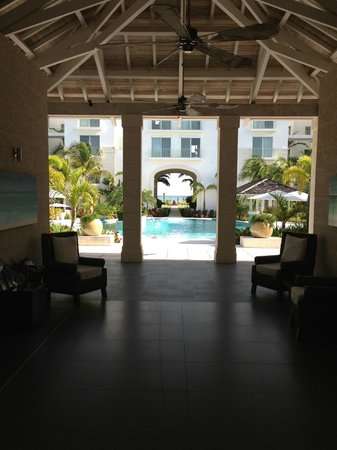 West Bay Club: VIEW from lobby/check in looking towards hotel and beach