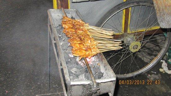 Hotel Ibis Yogyakarta Malioboro: Street satay stall! Yummy uhh