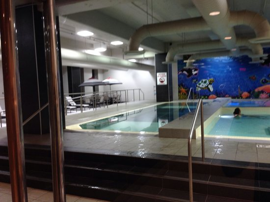 Le Westin Montreal : The glass bottomed swimming pool
