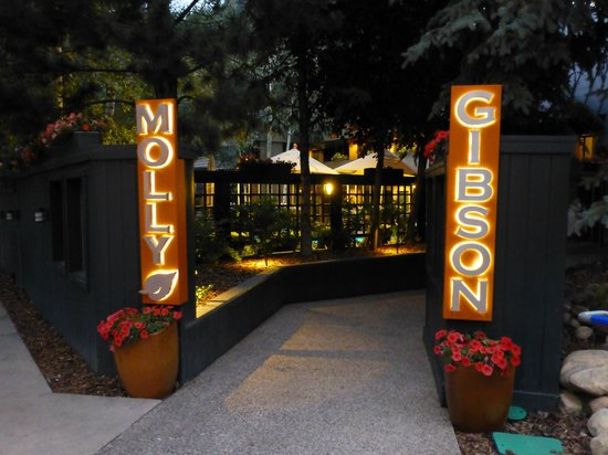 Molly Gibson Lodge : Molly Gibson Entrance at Night