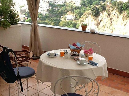 Maison Liparlati : Breakfast on the patio