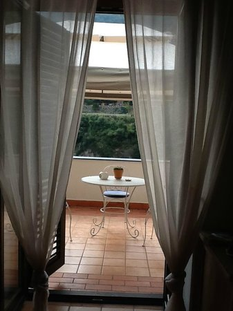 Maison Liparlati : View of the private patio from the room