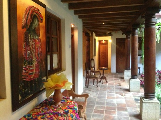Candelaria Antigua Hotel: The courtyard and room on the first floor