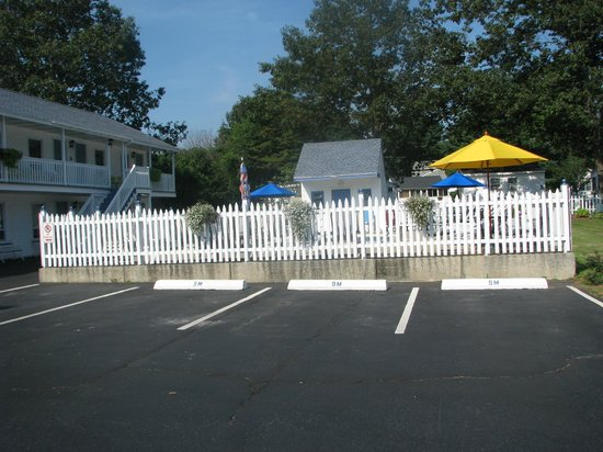 Seacoast Motel: Pool/Beach area