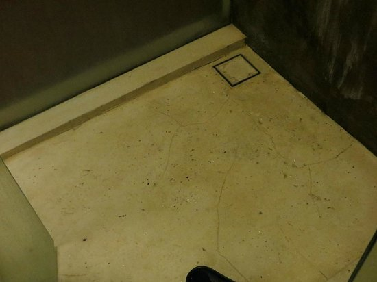 The Haven Bali: shower-cracked floor, leaking