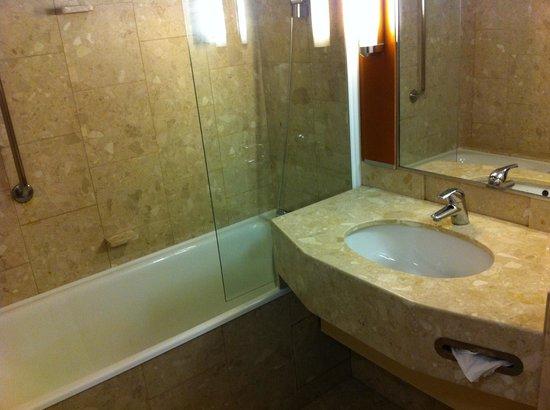Best Western Paris CDG Airport: Clean bathroom