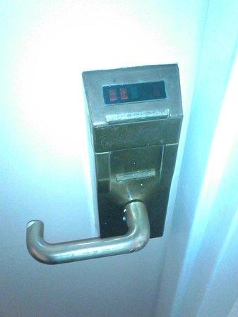 Comfort Inn Easton: Old school lock, has seen better days