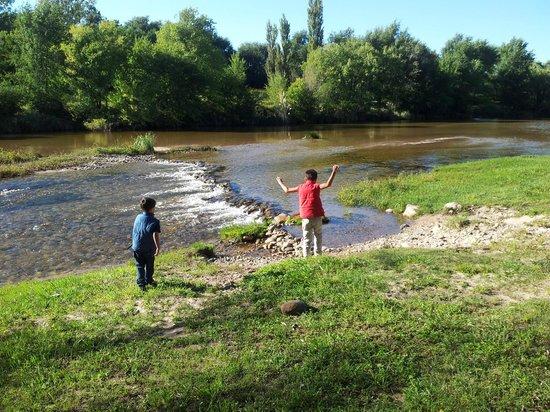 Cabanas Casablanca: Los niños llegando a conocer el río