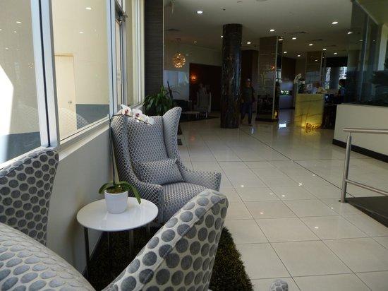 Meriton Serviced Apartments Bondi Junction: Reception area. We ran into a few celebrities here...